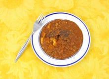 Kichererbse masala auf gelbem Tuch mit Gabel Stockfotos