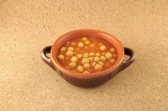 Kichererbseeintopfgericht mit Töpferwareschüssel Stockfoto