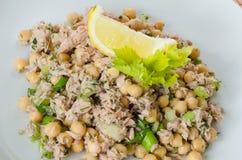 Kichererbsensalat mit Thunfisch, Zitrone und Kräutern Stockfoto