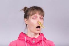 Kichnięcie kobieta zdjęcie stock
