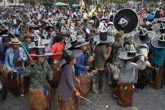Kichwa-Männer, die in die Kostüme tragen Typen tanzen stockbild