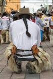 Kichwa-Mann kneelin auf Straße in Cotacachi Ecuador Stockfoto