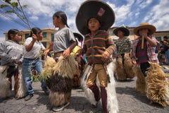 Kichwakinderen die op de straat in Cotacachi dansen Royalty-vrije Stock Afbeeldingen