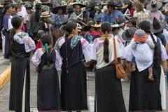 Kichwavrouwen die op de mannen letten uitvoerend rituele dansen royalty-vrije stock afbeelding