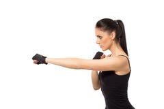 Kick boxing grazioso di addestramento della ragazza di forma fisica Immagine Stock