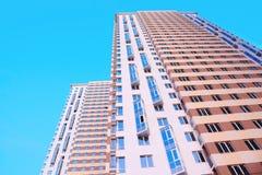 Kick flervånings- byggnad Fotografering för Bildbyråer
