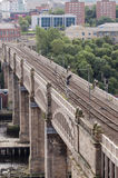 Kick - jämn stadsdrevviaduct arkivbilder