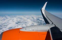 Kick ovanför molnen Semestra flyget, beskåda ut fönstret för luftnivån på 35 000 ft arkivbilder
