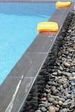 Kickboard dans la piscine Images stock