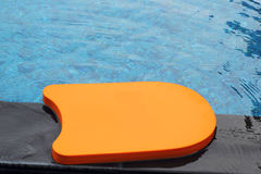Kickboard dans la piscine Photographie stock