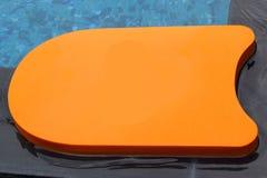 Kickboard dans la piscine Images libres de droits