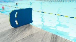 Kickboard de natation sur le marbre photographie stock