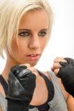 Kickbox blonde Frau betriebsbereit zu kämpfen lizenzfreies stockfoto