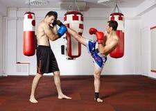 Kickbox kämpar som munhuggas i idrottshallen royaltyfri fotografi