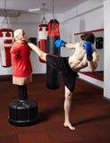 Kickbox kämpe som arbetar med attrappen Arkivbilder