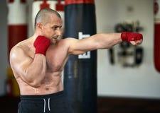 Kickbox-Kämpfer, der Schattenboxen tut Lizenzfreie Stockfotos