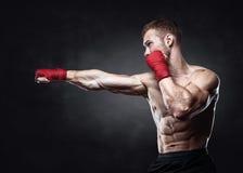 Kickbox muscolare o perforazione tailandese muay del combattente Fotografie Stock Libere da Diritti