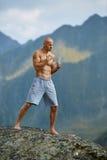 Kickboxer или muay тайская тренировка бойца на скале горы Стоковое Изображение RF