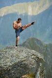 Kickboxer или muay тайская тренировка бойца на скале горы Стоковые Фотографии RF