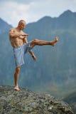 Kickboxer или muay тайская тренировка бойца на скале горы Стоковая Фотография