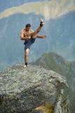 Kickboxer или muay тайская тренировка бойца на скале горы Стоковые Фото