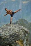 Kickboxer или muay тайская тренировка бойца на скале горы Стоковые Изображения RF