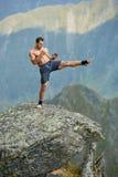 Kickboxer или muay тайская тренировка бойца на скале горы Стоковые Изображения