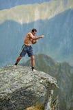 Kickboxer или muay тайская тренировка бойца на скале горы Стоковое Фото