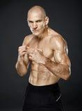 Kickboxer dans la position de garde sur le fond gris Photo libre de droits
