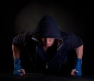 Kickboxer faisant la pousée sur ses poings Images libres de droits