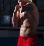 Kickboxer im roten Schlüpfer Stockfoto