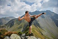 Kickboxer lub muay tajlandzki myśliwski szkolenie na górze Fotografia Stock