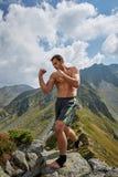 Kickboxer lub muay tajlandzki myśliwski szkolenie na górze Obrazy Royalty Free