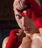 Kickboxer mit den Händen in den roten Verbänden Lizenzfreie Stockfotografie