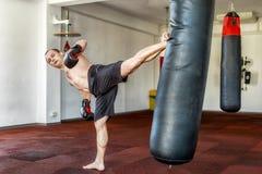 Kickboxer opleiding in de gymnastiek Royalty-vrije Stock Foto's