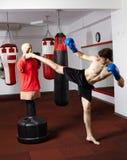 Kickboxer opleiding in de gymnastiek Royalty-vrije Stock Fotografie