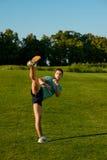 Kickboxer på en gräsmatta arkivfoto