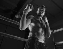 Kickboxer se tient dans le coin de l'anneau dans un support de attaque Image stock