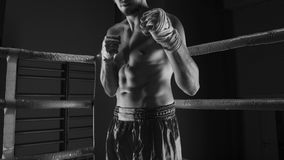 Kickboxer se tient dans le coin de l'anneau dans un support de attaque Photographie stock libre de droits