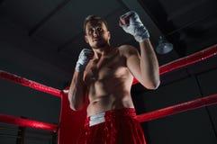 Kickboxer stojaki w kącie pierścionek w napadaniu dręczą Obraz Stock