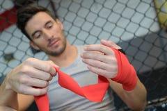Kickboxer zawija ręka czerwonych bandaże Fotografia Stock