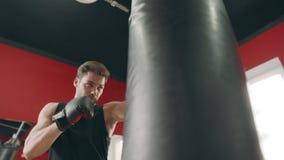 Kickboxermens die stakingen maken bij strijd opleiding Sportman die cardio opleiding hebben stock videobeelden