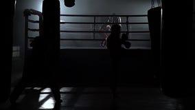 Kickboxers, das für Wettbewerbe sich vorbereitet Langsame Bewegung stock footage