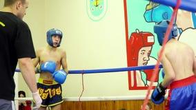 Kickboxers que bate e que retrocede-se vídeos de arquivo
