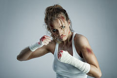 Kickboxers Stoß durch Fahrwerkbein Stockfoto