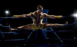 Kickboxier sträcker ut royaltyfri foto