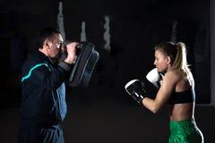 Kickboxing女性训练 图库摄影