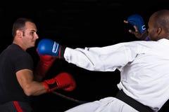 Kickboxing contra karate imagen de archivo
