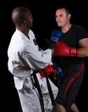 Kickboxing contra o karaté foto de stock royalty free