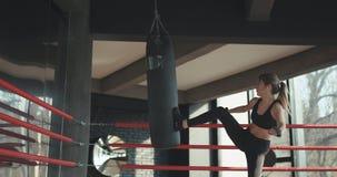 Kickboxing-Frauen-Trainingssandsack Stärke-Sitzkörper des Eignungsstudios im heftigen lizenzfreie stockbilder